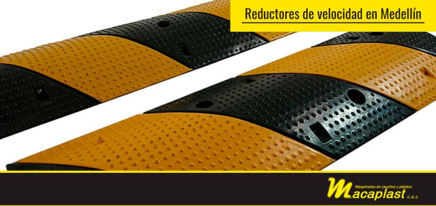 Línea de señalización y reductores de velocidad en Medellín